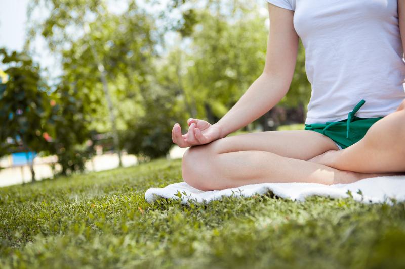 Para meditar sentado, es necesario que el cuerpo esté anclado al suelo en una postura estable.