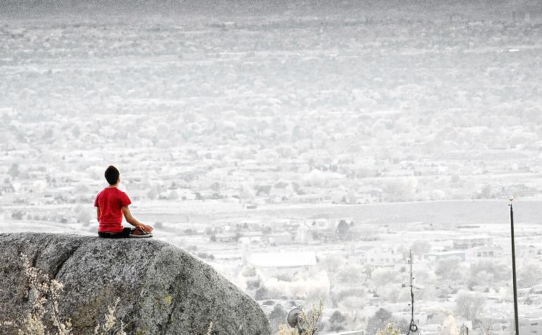 Yoga postura de meditación en el campo